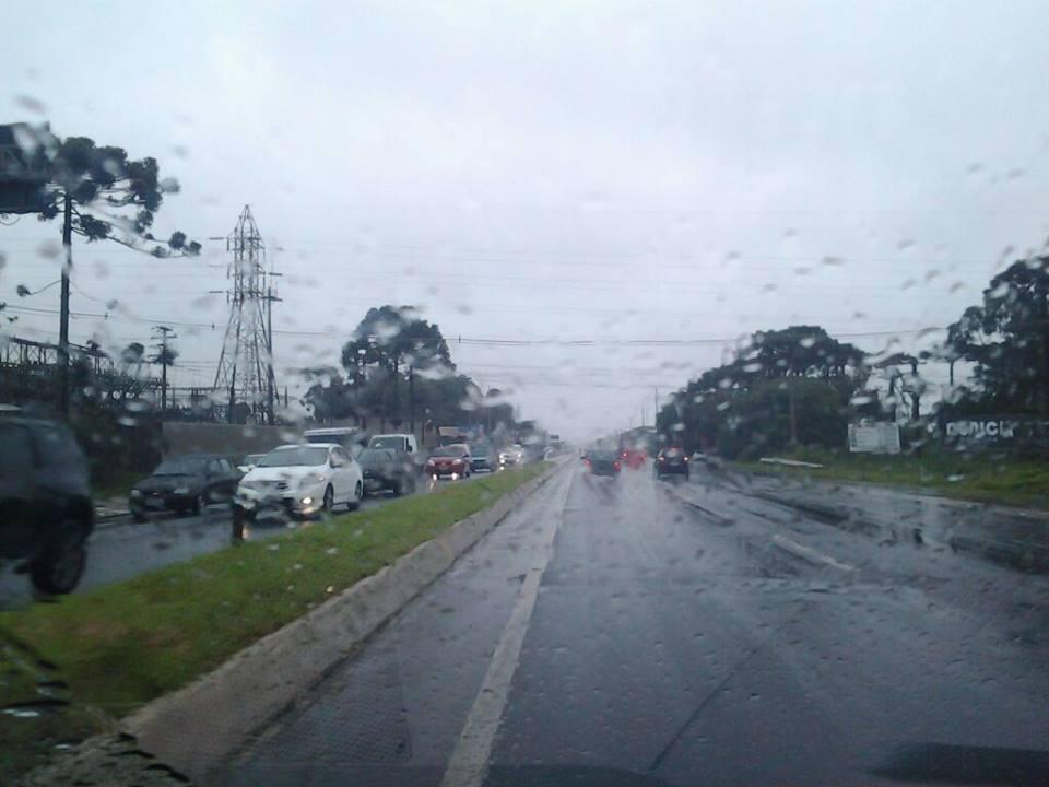 Chuva prejudica visibilidade nas BRs. Foto: Guiasjp
