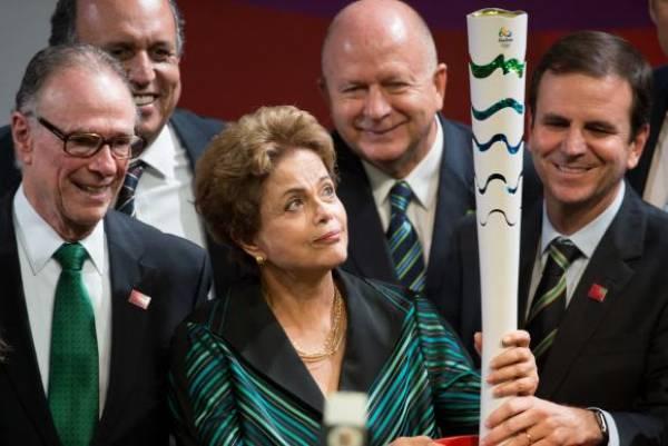 A presidenta Dilma Rousseff, entre o governador Luiz Fernando Pezão, o prefeito Eduardo Paes e representantes do  Comitê Organizador Rio 2016 na solenidade de divulgação da tocha olímpica. Marcelo Camargo/Agência Brasil