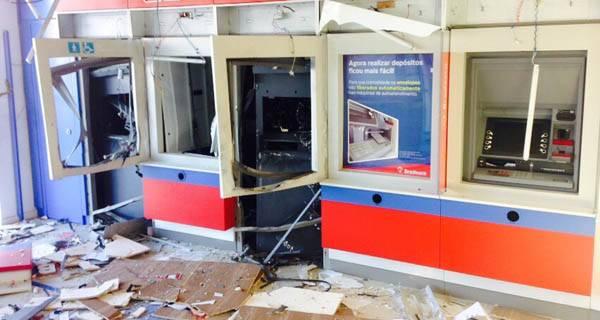 Caixas do Bradesco ficaram totalmente destruídos (Fotos: PM)