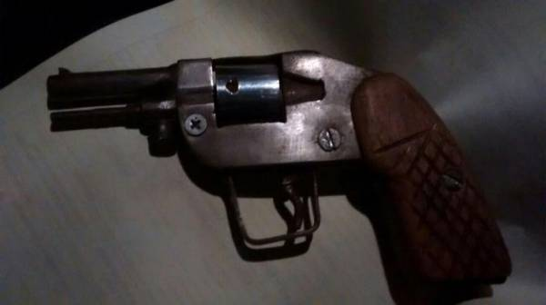 Arma foi feita artesanalmente, com calibre 22 (Foto: GM/SJP)