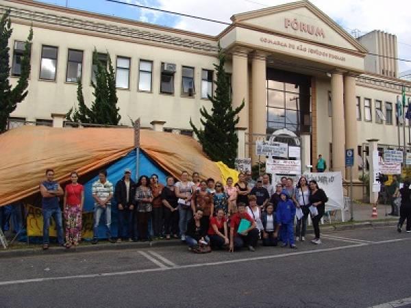 Centenas de famílias acamparam por mais de um mês em frente ao Fórum para pedir justiça (Foto: Mauren Luc)