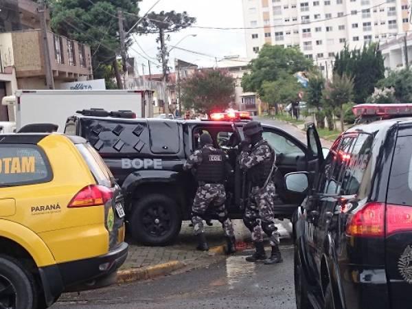 Policiais do Bope se preparam para entram na loja (Foto: Mauren Luc/Guiasjp)