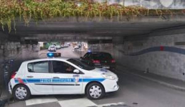 Polícia municipal em uma passagem subterrânea perto da igreja onde dois sequestradores foram mortos após matarem um padre em Saint Etienne du Douvray.Foto: EPA/Alice Paralacci/Agência Lusa/Direitos Reservados