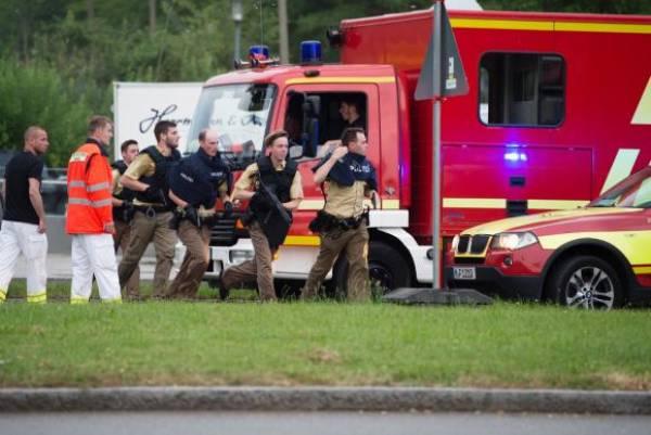 Polícia alemã chega ao centro comercial na cidade de Munique onde ocorreu um tiroteio. Informações preliminares reportam 15 mortes no local. Foto:Lukas Schulze/Agência Lusa