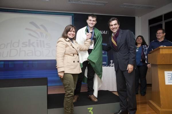 Felipe Tavares da Silva recebendo a medalha de bronze. Foto: Estefano Lessa/Divulgação-Sistema Fiep