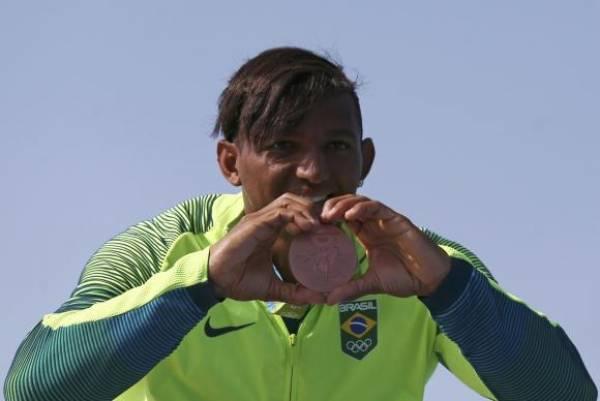 Isaquias Queiroz é o primeiro brasileiro a conquistar três medalhas em uma mesma olimpíada. Foto: Reuters/Marcos Brindicci/Direitos Reservados