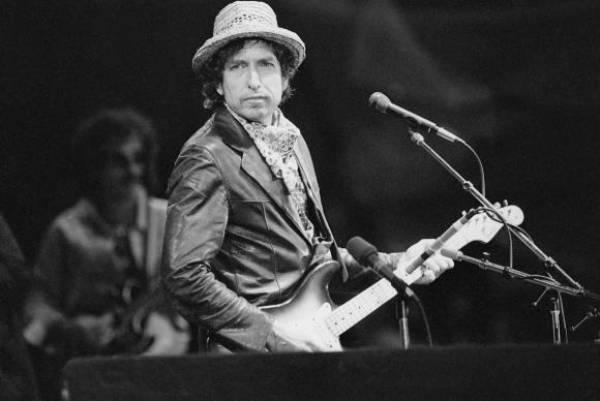 Imagem de arquivo de 1984 mostra o cantor e compositor norte-americano Bob Dylan se apresentando no estádio St. Jakob-Park, em Basel, na SuíçaArquivo de Keyston/Agência Lusa/direitos reservados