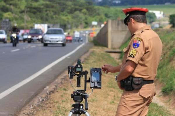Entre os meses de janeiro e setembro de 2016, os radares da Polícia Rodoviária Estadual registraram 145.846 veículos rodando acima da velocidade máxima permitida. O relatório, fechado na última semana, apresenta uma parcial detalhada do número de infrações mês a mês nas rodovias paranaenses.Foto: Jorge Voll/DER