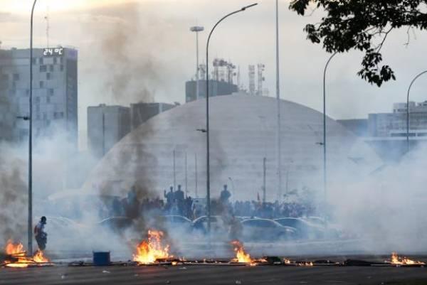 Protesto na Esplanada dos Ministérios deixou danos ao patrimônio. Foto: Wilson Dias/Agência Brasil