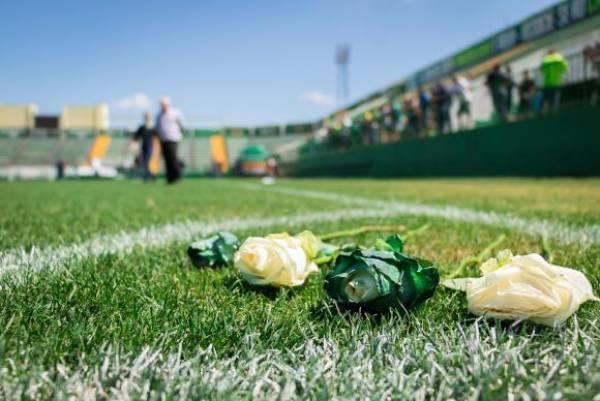 Arena Condá se transformou no ponto de reunião de torcedores, jogadores e parentes das vítimas que prestam homenagem à equipe que morreu no acidente. Foto: Daniel Isaia/Agência Brasil