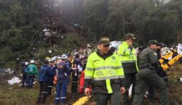Profissionais fazem o resgate das vítimas do acidente aéreo com avião da Chapecoense que matou 76 pessoas. Foto: Divulgação/ Polícia de Antioquia