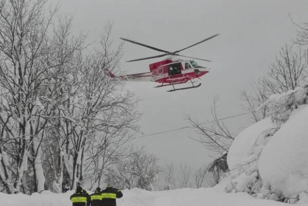 Itália – Equipes do Corpo de Bombeiro trabalham no resgate de vítimas de uma avalanche que ocorreu na cidade de Farindola e atingiu um hotel. Matteo Guidelli/divulgação/Agência Lusa