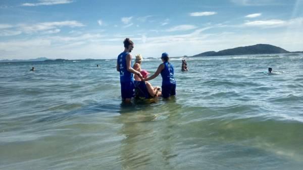 Neste verão, pessoas com deficiência ou dificuldades de locomoção podem utilizar cadeiras específicas para o banho de mar. Uma das usuárias das cadeiras anfíbias é Odila Rech Nasario que, aos 85 anos, está reencontrando o prazer de entrar no mar, depois de um jejum de quatro anos.Foto: Sanepar