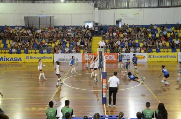 O São José Voleibol mostrou raça diante da sua torcida no Ginásio Ney Braga (Foto: Divulgação/Semel)