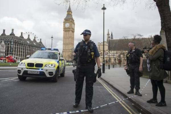 Policiais reforçam segurança nas proximidades do Parlamento britânicoWill Oliver/Agência Lusa/EPA/Direitos reservados