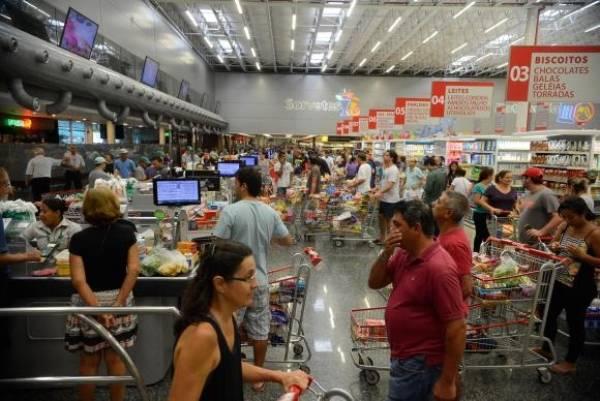 Em supermercados e açougues, consumidor aumentou cuidados ao comprar carne. Foto:Tânia Rêgo/Agência Brasil