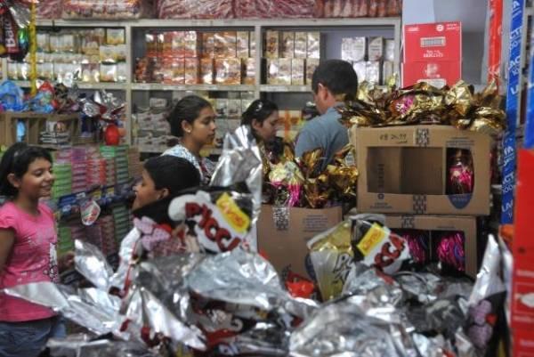 Mesmo com chocolates mais caros, consumidor vai às lojas em busca de ovos da Páscoa. Foto: Agência Brasil/EBC
