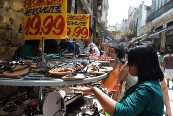 Redução da inadimplência aumenta o movimento no comércio. Foto: Agência Brasil