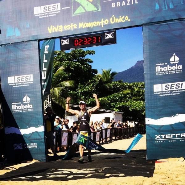 O atleta Felipe Moletta levantou a bandeira de São José dos Pinhais ao vencer a prova de triathlon no Xterra Brasil na Etapa Brasileira do Mundial de Terra (Foto: Divulgação/XTB)