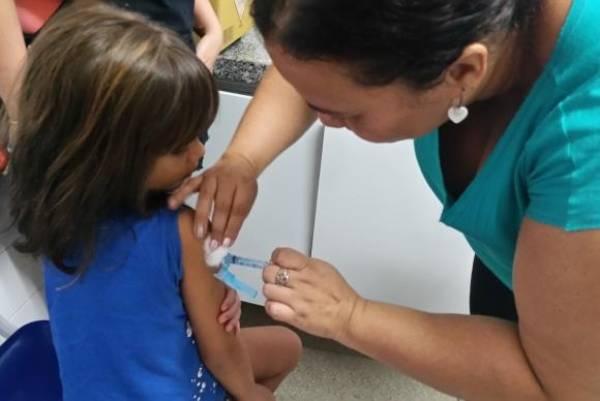 Cerca de 47 milhões de crianças e adolescentes estão convocados para atualizar a caderneta de vacina - Sumaia Villela/Agência Brasil