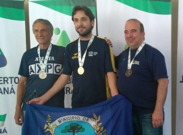 O Mestre de Xadrez, Willian Cruz, no centro da foto, foi um dos destaques da delegação são-joseense (Foto: Divulgação/Semel)