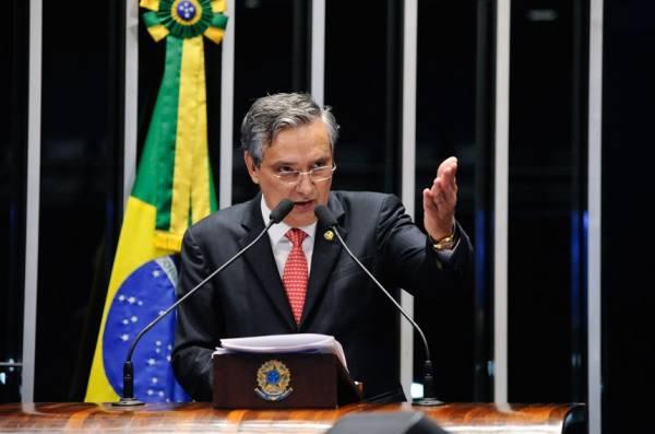 O senador Eduardo Amorim (PSDB-SE) é o autor do projeo que destina 30% do valor das multas de trânsito para o SUS