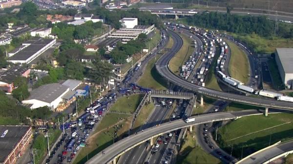 Protesto de caminhoneiros trava Rodovia Régis Bittencourt em Embu das Artes (Foto: Reprodução/TV Globo)