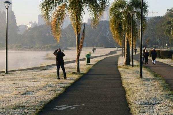 Uma massa de ar frio chega ao Paraná pelas regiões Oeste e Sudoeste na tarde deste sábado (19) e derruba as temperaturas em todo o Estado. De acordo com o Simepar (Sistema Meteorológico do Paraná), a previsão é que as mínimas fiquem em um dígito até a quarta-feira (23). Apesar de a semana começar gelada, ainda não é possível prever se irá gear no Estado Curitiba, 17/05/2018 Foto: Oorlando Kissner/Arquivo ANPr