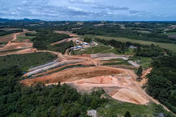 O presidente da Sanepar, Ricardo Soavinski, visitou na manhã desta quinta-feira (17) as obras de construção da Barragem Miringuava. Foto: Maurilio Cheli