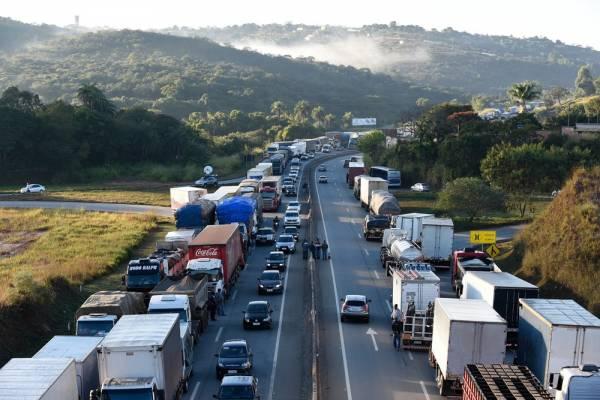 Caminhoneiros protestam na BR-262, em Juatuba, na Grande Belo Horizonte, nesta segunda (21) contra o preço do diesel (Foto: DOUGLAS MAGNO/O TEMPO/ESTADÃO CONTEÚDO )