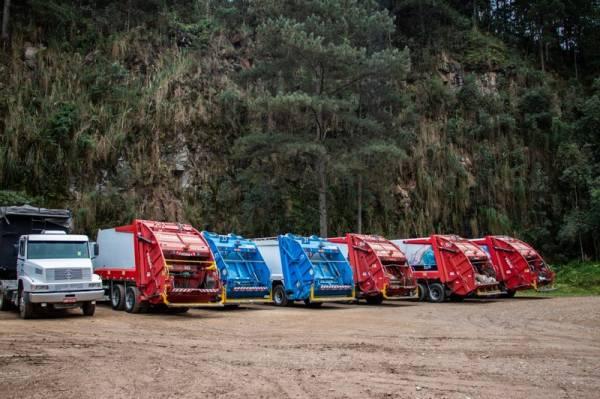 Caminhões de coleta estão parados pois os caminhões caçamba não conseguem descarregar no aterro de Fazenda rio Grande (Foto: Wellington Medeiros/PMSJP)