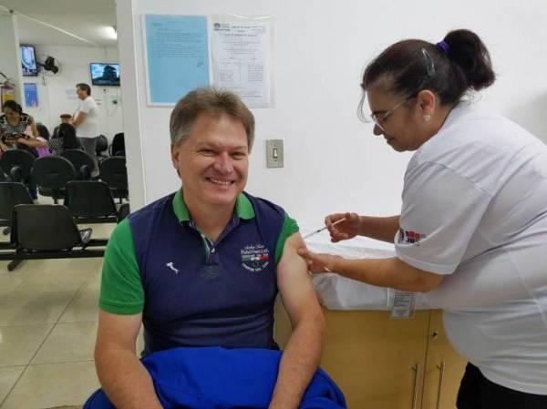 """O secretário de Saúde Giovani de Souza faz parte do público alvo do Ministério da Saúde e aproveitou o """"Dia D"""" para tomar a vacina"""