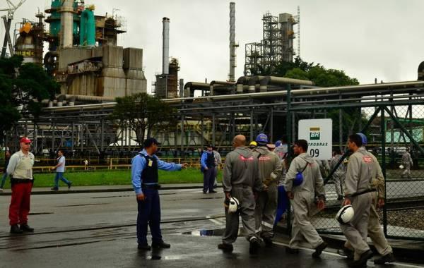 A partir de amanhã, litro da gasolina custará R$ 2,2294 nas refinarias, dois centavos a mais do que os R$ 2,2069 cobrados desde 5 de setembro   (Arquivo/Rovena Rosa/Agência Brasil)