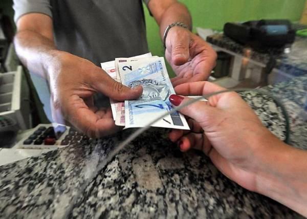 Dinheiro já poder recebido por trabalhadores na rede bancária       (Arquivo/Marcello Casal Jr./Agência Brasil)