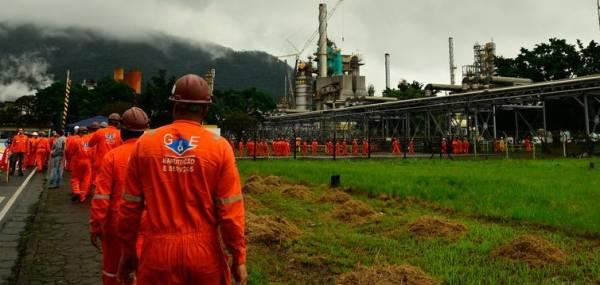 A partir de amanhã, litro da gasolina terá redução de 2% nas refinarias e será negociado a R$ 2,0639  (Arquivo/Agência Brasil)