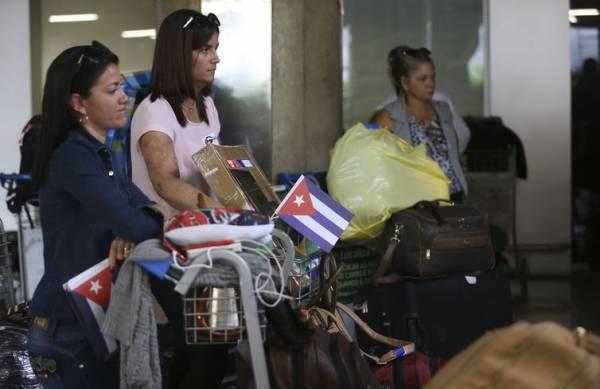 Médicos cubanos que atuavam no programa embarcam no Aeroporto Internacional de Brasília rumo a Havana. - Valter Campanato/Agência Brasil