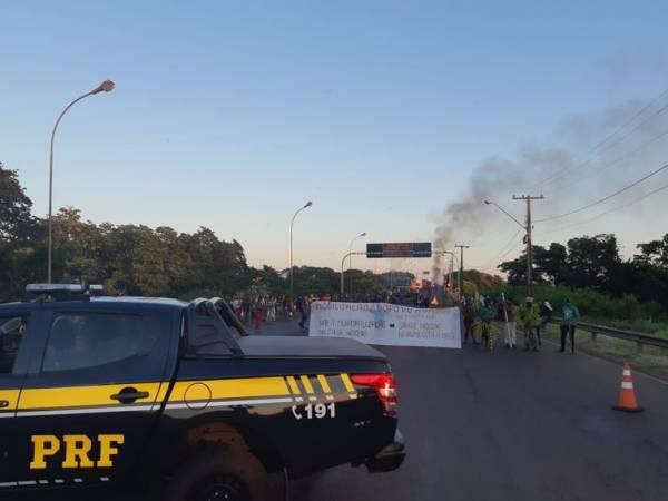Índios fazem manifestação na rodovia BR 163, em Guaíra, no Paraná. Eles protestam contra municipalização dos serviços de saúde indígena  (Divulgação PRF)