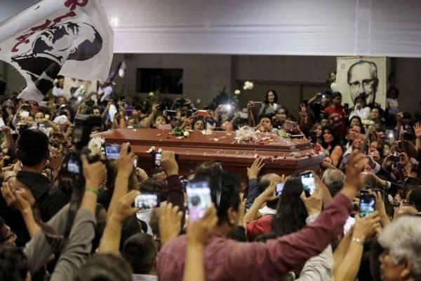Políticos e simpatizantes prestam últimas homenagens ao ex-presidente peruano Alan Garcia   (REUTERS/Guadalupe Pardo/Direitos Reservados)