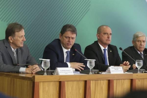 Ministro Tarcísio Freitas anunciou medidas para atender o setor de transporte de cargas do país    (Antonio Cruz/Agência Brasil)