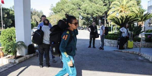 Marta chega ao hotel, onde a seleção feminina ficará hospedada na cidade de Portimão, em Portugal, onde a seleção vai se preparar até a estreia na Copa do Mundo da França - Dilvugação CBF
