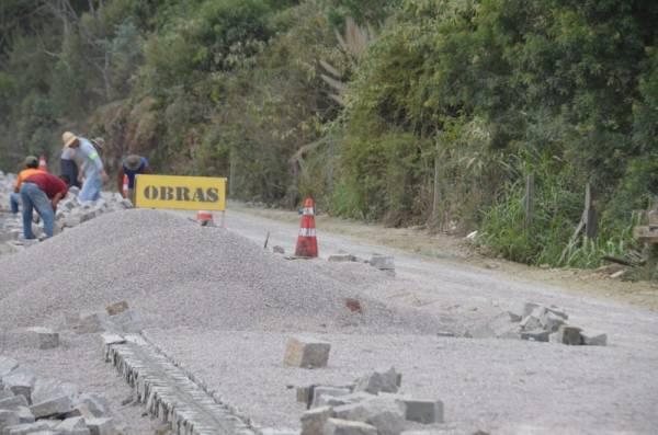 As obras de calçamento em paralelepípedo estão em andamento na Estrada Velha da Guaricana (Foto: Ademar Marques/PMSJP)