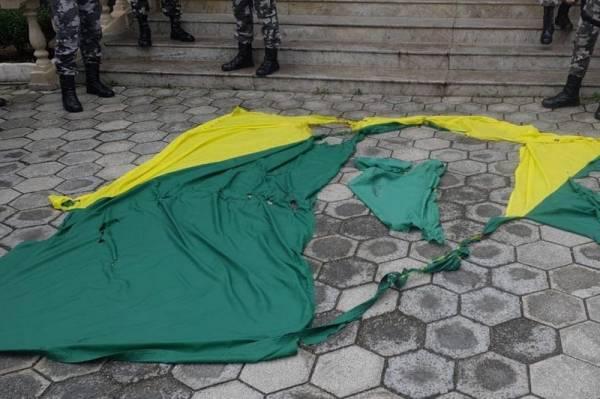 BOPE resgata parte da Bandeira Nacional vandalizada durante ato público em Curitiba; adolescente é apreendido.Foto:PMPR