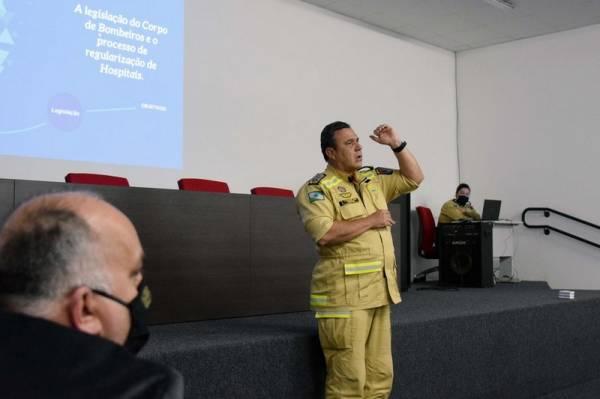 A Secretaria de Estado da Saúde discutiu nesta quinta-feira (24) com o Corpo de Bombeiros melhorias e adequações de segurança em hospitais do Paraná. A reunião, por determinação do secretário Beto Preto, foi na sede da instituição em Curitiba. Foto: Américo Antonio/SESA