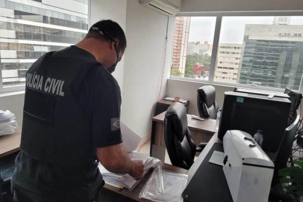 A Polícia Civil do Paraná (PCPR) prendeu quatro integrantes de uma organização criminosa que aplicava golpes utilizando uma incorporadora de fachada, em Curitiba. A ação aconteceu na manhã desta segunda-feira (7). Um homem também foi autuado em flagrante por posse de arma de fogo. - Curitiba, 07/06/2021 - Foto: PCPR